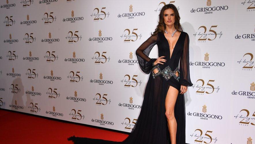 Alessandra Ambrosio a choisi la sensualité d'une longue robe noire en mousseline de soie Roberto Cavalli Couture pour participer à la soirée De Grisogono. Cannes, le 15 mai 2018.