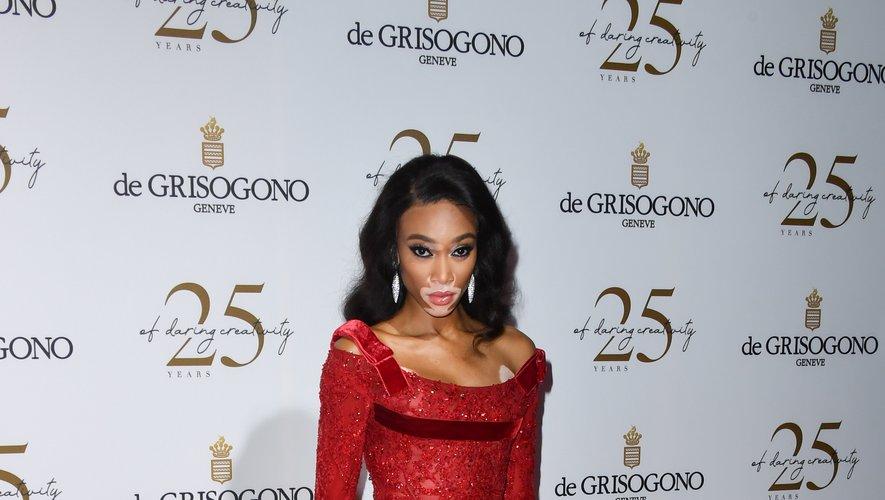 La top-modèle Winnie Harlow a choisi du rouge passion pour assister à la soirée De Grisogono, arborant une robe Elie Saab Haute Couture. Cannes, le 15 mai 2018.