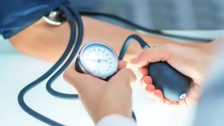 """Se faire prendre la tension par un médecin """"au moins une fois par an à partir de 40 ans"""" est essentiel, selon la société française de cardiologie"""