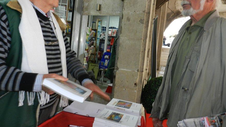 Michel Alet s'était installé, hier matin, devant l'entrée de La Folle Avoine pour dédicacer ses livres.