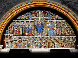 Le tympan de l'abbatiale de Conques en couleurs.