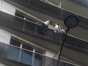 Un homme sauve un enfant suspendu dans le vide : la vidéo fait le tour du net