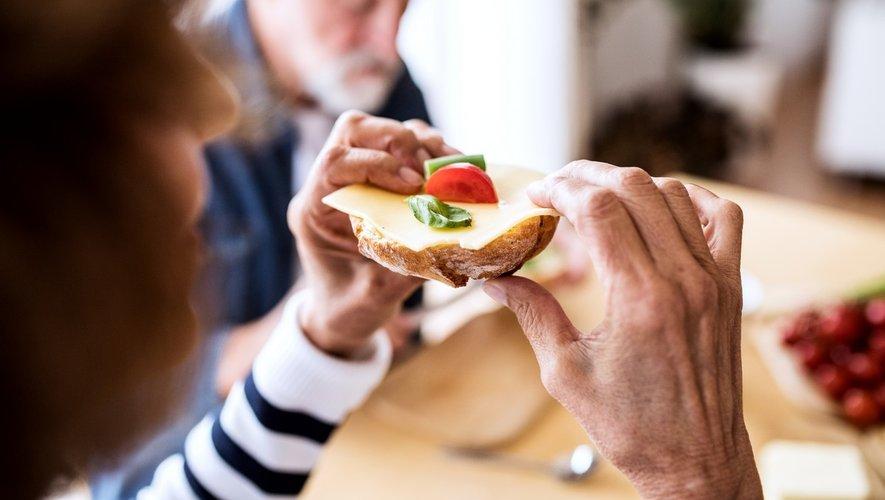Seniors : perdre du poids sans risque pour l'été ?