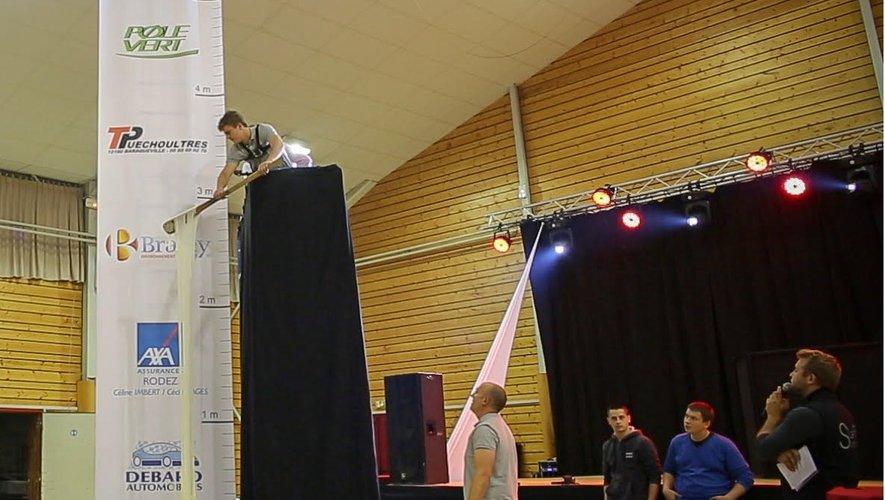 Le nouveau détenteur du record du monde a dû réaliser dix essais avant d'atteindre les 5 mètres et 80 centimètres.