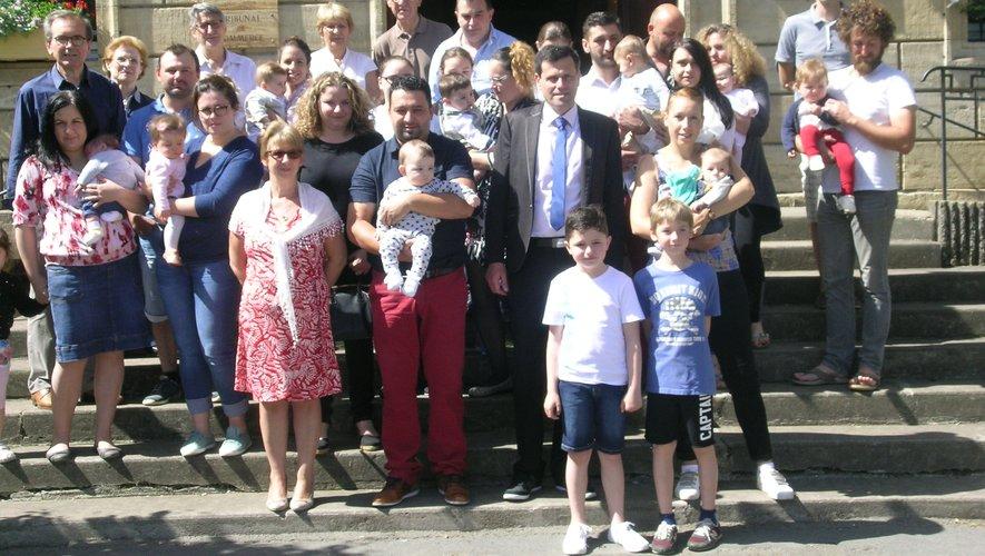 Parents, enfants et élus  posent pour la photo souvenir, sur les marches de l'Hôtel de ville.