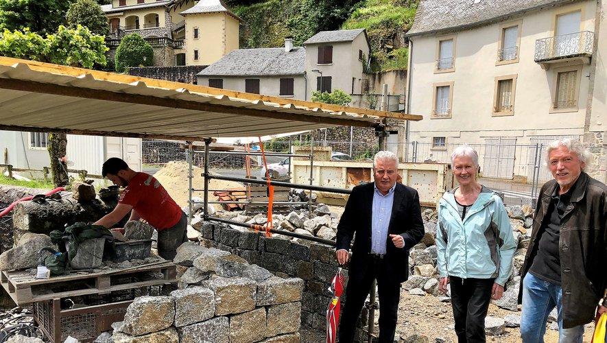 Les élus en visite à l'atelier de taille de pierre.