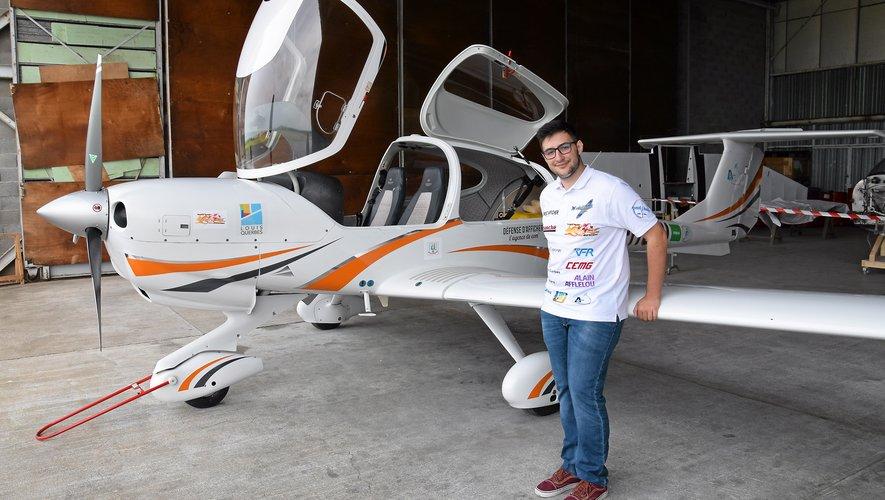 À quelques heures du départ, Gérald Egéa fini de charger son avion. Avec Johann, il consulte les derniers bulletins météo.