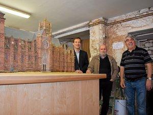 Pierre Douziech (au centre) aura mis une vingtaine d'années pour recréer la cathédrale à l'échelle 1/75e.