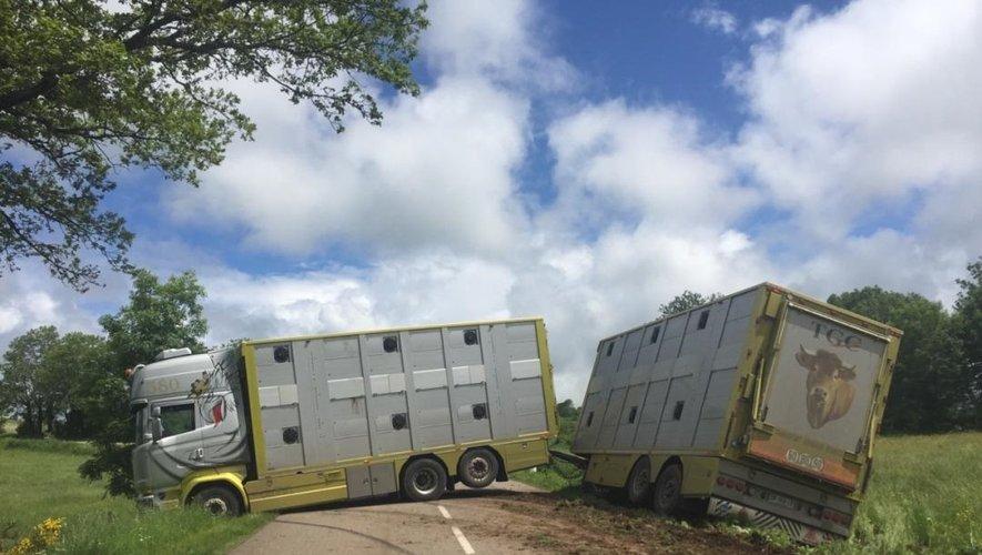 Un camion en fâcheuse posture dans le Nord-Aveyron