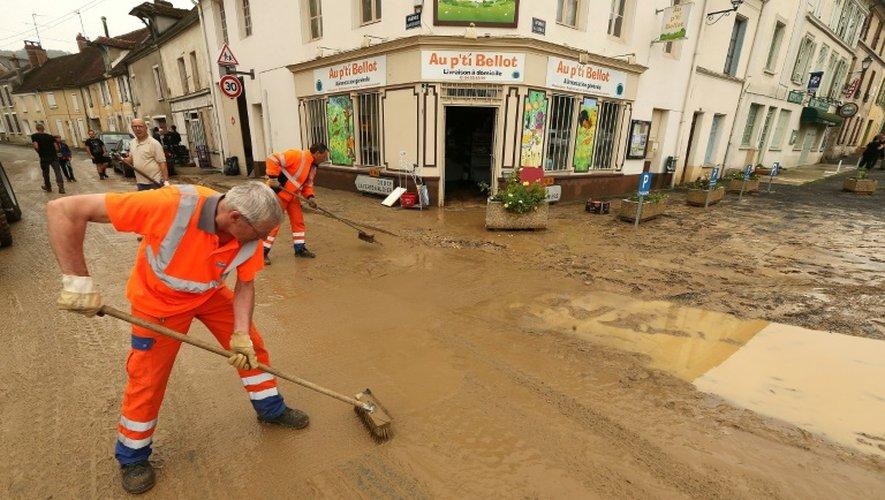 Nettoyage des rues après les inondations qui ont frappé Bellot, en Seine-et-Marne, le 6 juin 2018.