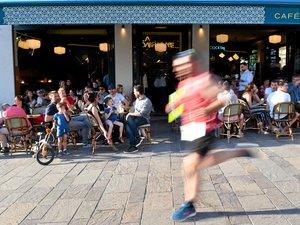 Les spectateurs ont observé passer les coureurs de l'ekiden.