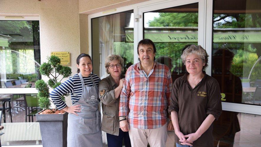Pierrette et Bruno Nogaret entourés d'Aline, préposéeau service, et de Sandrine,aide en cuisine.PaDS