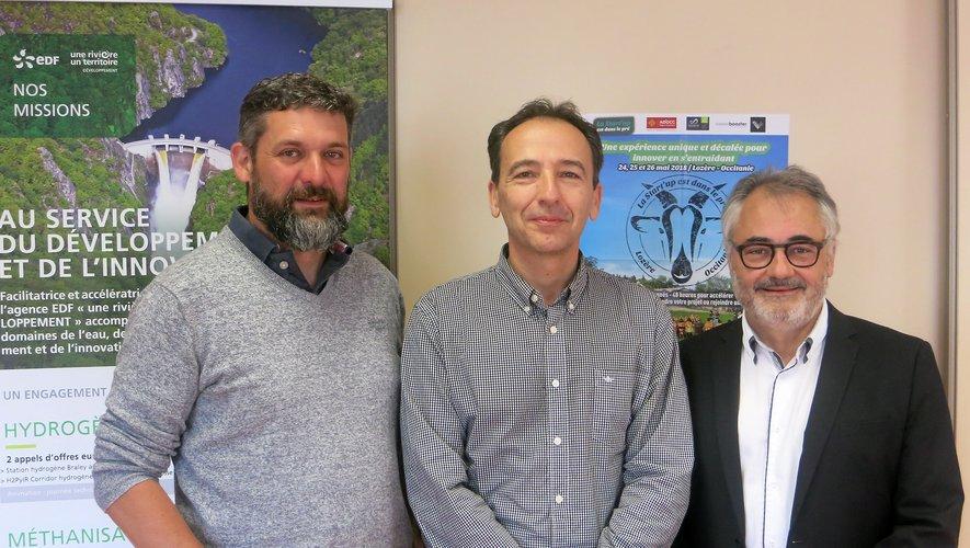 """Maxime Murat (à g.) et J-M. Lacombe, entourent Alain Piccasso, de l'agence """" Une rivière et un territoire """"."""
