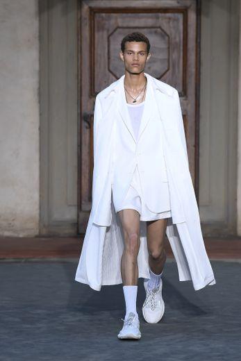 Les premiers looks blancs du défilé Roberto Cavalli printemps-été 2019.