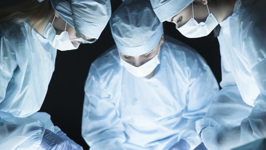 Dans certains hôpitaux américains, les médecins greffent des organes infectés à des patients volontaires, à qui ils donnent immédiatement un traitement pour éliminer le virus