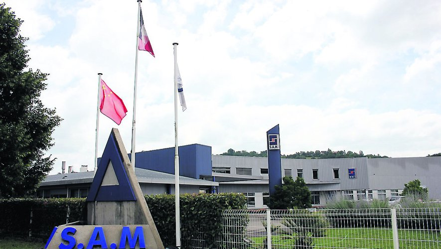 Les drapeaux français et chinois flottent à l'accueil du site viviézois de SAM Technologies.