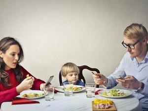 En famille, les écrans exacerberaient les frustrations des petits