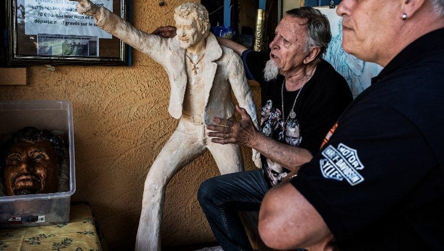 Plus de 2.000 fans de Johnny Hallyday ont inauguré samedi à Viviers une statue à l'effigie de leur idole.