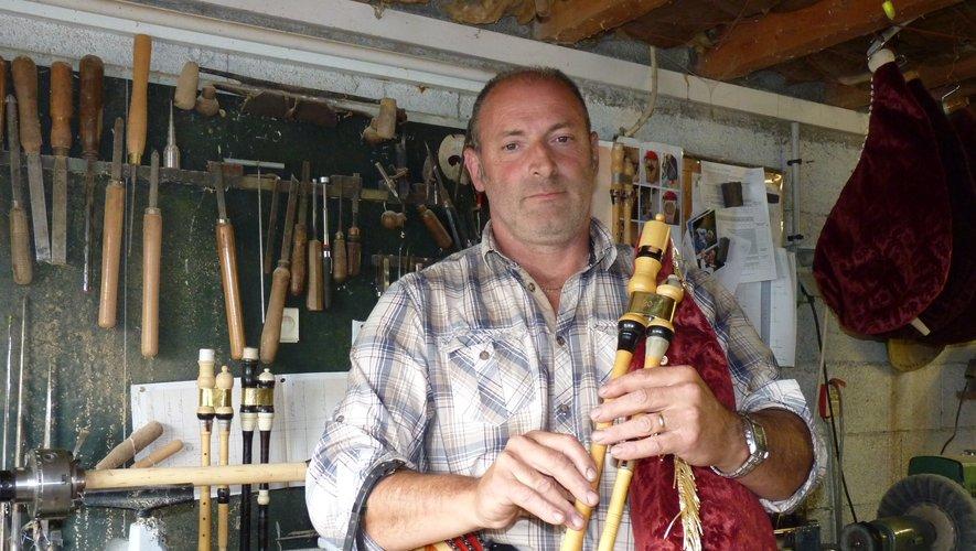 Jean-Louis Claveyrolles, fabricant de cabrette et animateur de la Maison de la cabrette à Cantoin