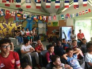 Les jeunes membres de la maison de quartier ont assisté mercredi après-midi au match opposant le Portugal au Maroc.