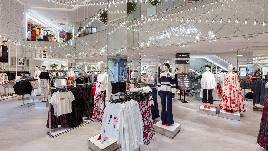 Tout comme l'homme, la femme dispose d'un large espace au coeur du nouveau flagship H&M avec les collections prêt-à-porter, sport, femmes enceintes, et H&M Beauty.