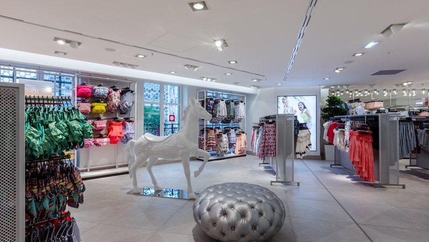 Dans son nouveau magasin parisien, H&M consacre deux étages aux collections destinées aux enfants avec une décoration et des aménagements dédiés.