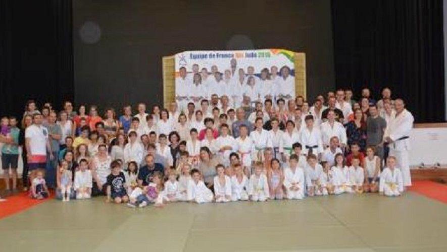 Photo de famille des élèves du Judo Club et de leurs éducateurs.