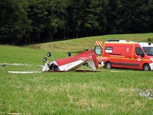 L'ULM a heurté une ligne électrique avant de se crasher quelques mètres plus bas.