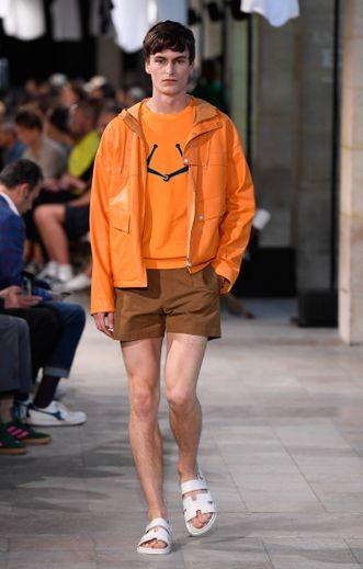 Très présent pour la saison printemps-été 2019, le orange était de mise chez Hermès, qui propose également des shorts version mini pour les hommes. Paris, le 23 juin 2018.