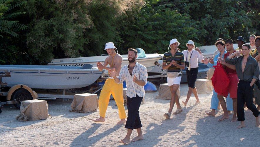 Simon Porte Jacquemus et ses hommes du Sud de la France sur le sable de la calanque de Sormiou, à quelques encablures de Marseille, pour son premier défilé de mode masculine. Le 25 juin 2018