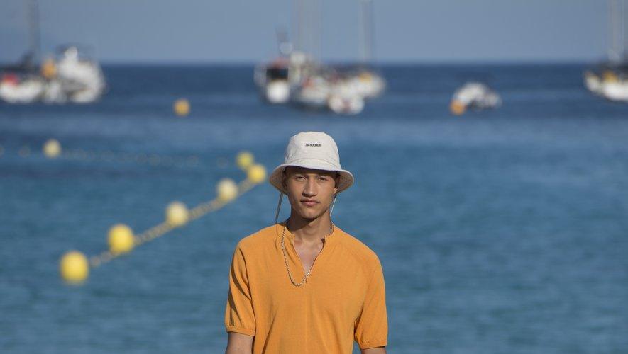Pantalon raccourci, T-shirt aux couleurs du soleil, chapeau vissé sur la tête : l'homme Jacquemus prend sa source dans le Sud de la France. Marseille, le 25 juin 2018.