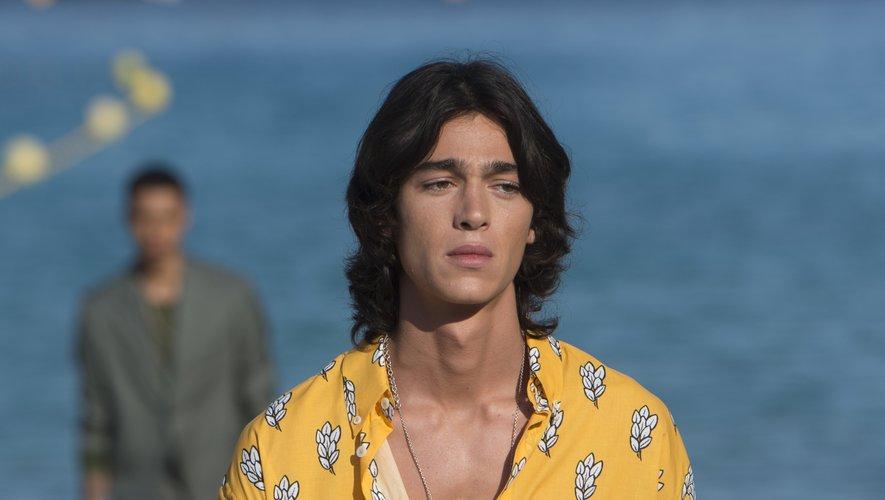 L'homme Jacquemus porte la chemise ouverte avec une chaîne en or qui brille, à la Marseillaise. Le 25 juin 2018.