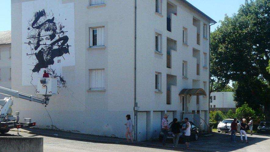 Façade est, Florian Melloul aux commandes, les autres artistes admirent.