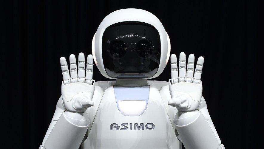 Le premier Asimo, robot de la taille d'un enfant de 6/7 ans, ressemblant à un cosmonaute, a été présenté en 2000, suivi de six autres descendants jusqu'en 2011.