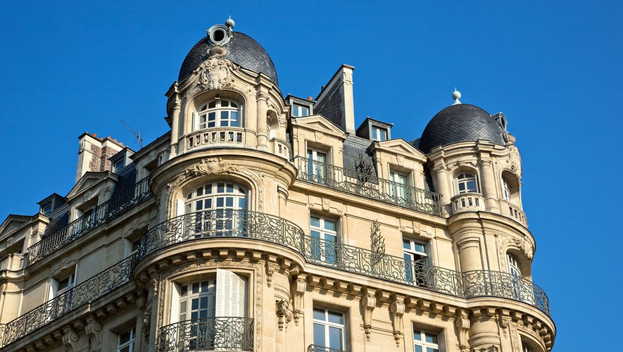 """Pour l'instant, sur les bâtiments anciens et classés, les architectes des bâtiments de France autorisent au cas par cas l'apposition de ses """"tuiles solaires discrètes""""."""