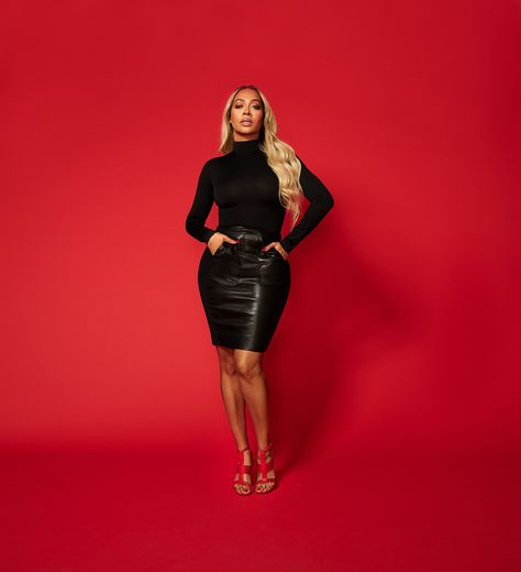 "La La Anthony participe à la campagne de la collection ""Leave Him on Red"" de Tamara Mellon."