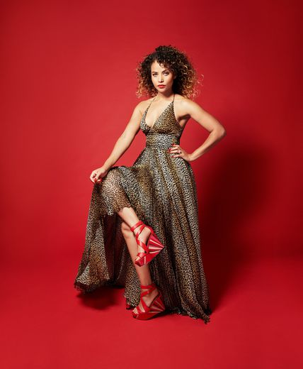"Denise Vasi participe à la campagne de la collection ""Leave Him on Red"" de Tamara Mellon."