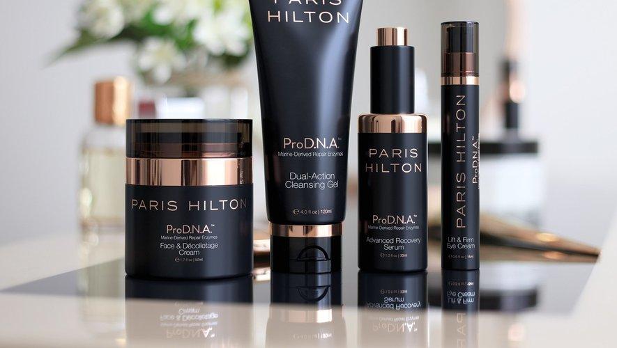 Paris Hilton dévoile les produits de sa première ligne de soins pour le visage.