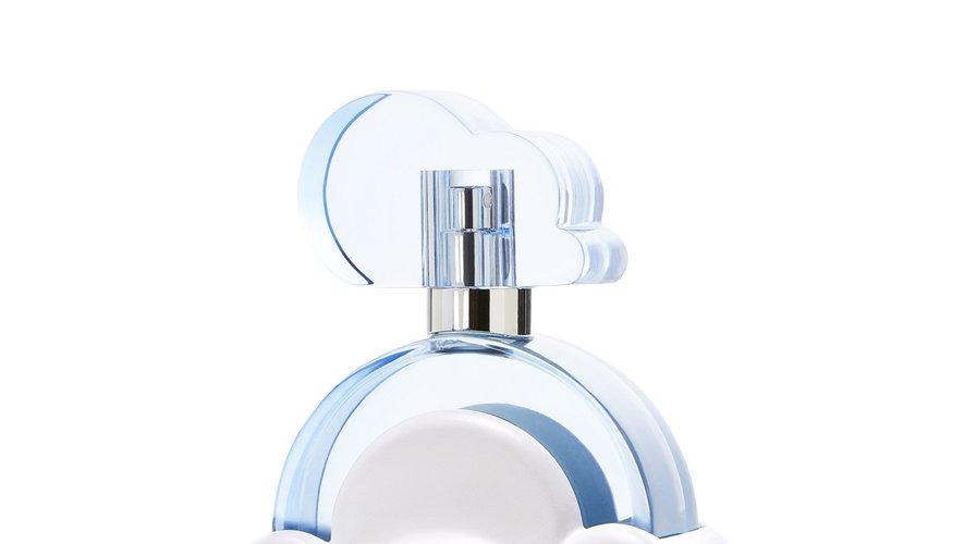 Le parfum se présente dans un flacon bleu prenant la forme d'un nuage.