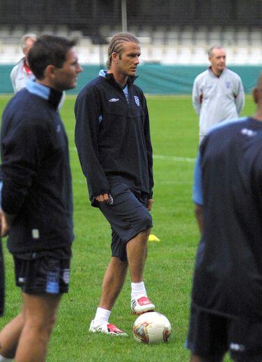 Les tresses plaquées ou collées de David Beckham ont clairement marqué les esprits en 2003, même si l'ex-footballeur a récemment déclaré que cela faisait partie de ses regrets en matière de style.