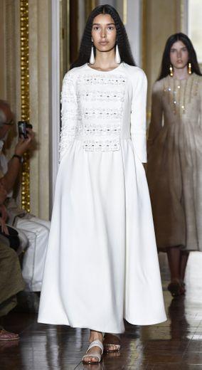 Christophe Josse signe des robes romantiques, dans des teintes sobres et claires, avec beaucoup de blanc, de gris pâle, et de beige. Paris, le 1er juillet 2018.