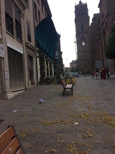 A Rodez, le store de la brasserie La Compagnie n'a pas résisté aux fortes rafales de vent.