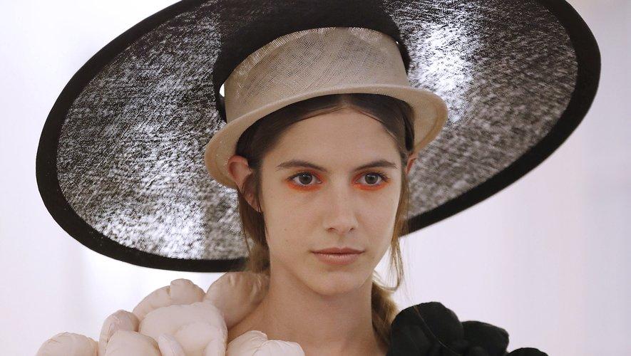 Le double-chapeau façon ombrelle de la maison Xuan. Paris, le 3 juillet 2018.