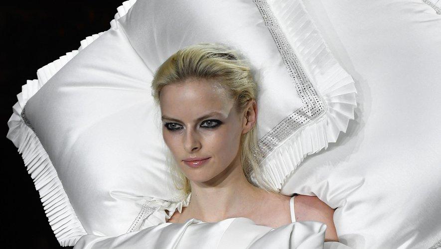Même s'ils font partie intégrante de la tenue présentée par Viktor & Rolf, les oreillers figurent comme l'accessoire le plus fou - bien que pratique - de la semaine.