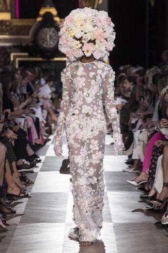 La robe de mariée tout en fleurs et broderies de la maison Schiaparelli.