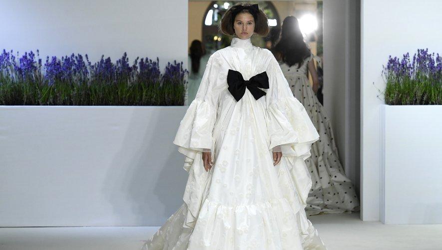 S'il ne s'agit pas officiellement de la robe de mariée du défilé, cette dernière silhouette, blanche et volumineuse, apparaît comme l'une des plus spectaculaires de la collection de Giambattista Valli avec son noeud, élément récurrent du show.