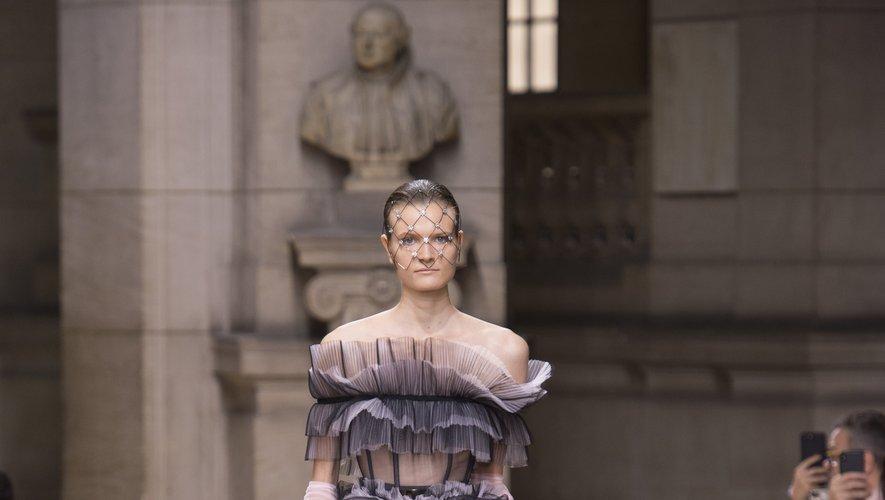 La robe de mariée de Galia Lahav se distingue par son volume, ses multiples volants, et ses différentes nuances de gris.