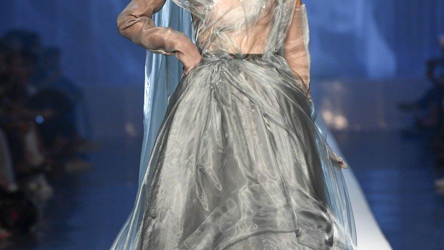 En organza, la robe de mariée de Jean Paul Gaultier s'inspire d'un nuage de fumée de cigarette, le thème du défilé du grand couturier.