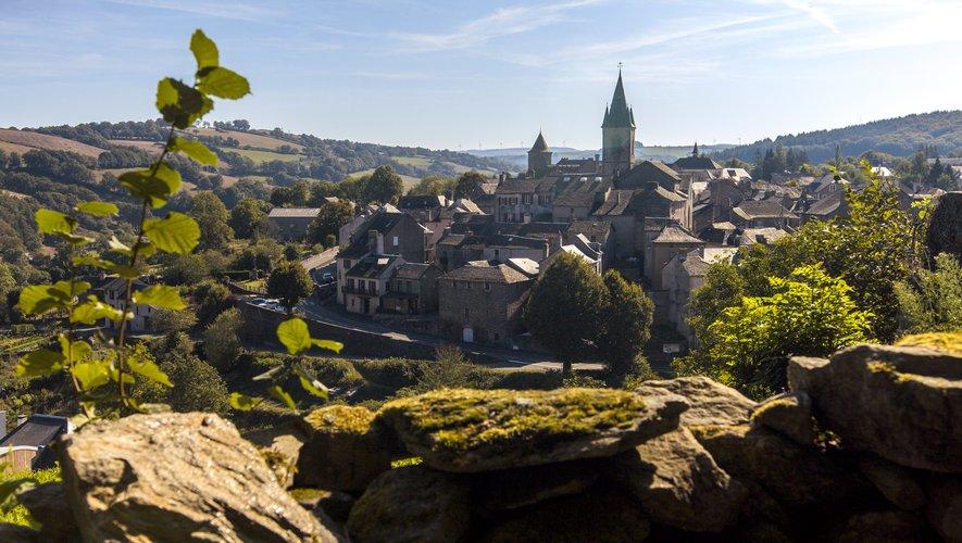 Le village de Salles-Curan a une position géographique centrale.