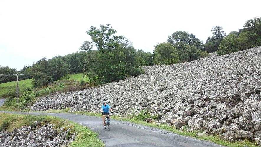 Les rochers basaltiques s'étendent sur la colline de Roquelaure.